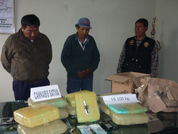 De la chacra a la ciudad: Serapio Zapana Quino (43) y Luis Chipana Luna (63) detenidos el 16 de julio del 2010 con 17 kilos de droga que tenían como destino Lima. (Foto: Revista Crese de Huanuco)