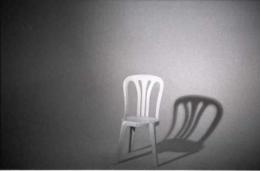 La silla de plástico, el lugar de trabajo más común de los guardianes. (Foto: kralefski. Vía: Flickriver)