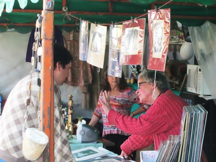 Metta explica la importancia del Impresionismo a un cliente (Foto: Raúl Lescano Méndez)