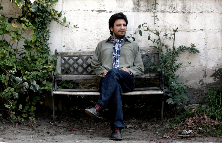 El escritor Alejandro Zambra posa para una fotografia en su casa, ubicada en la comuna de La Reina (Foto: Natalia Espina / La Tercera)