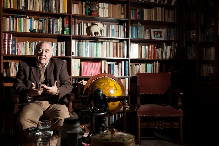 Víctor García Belaunde en la biblioteca de su casa. (Foto: Augusto Escribens / Al Este)